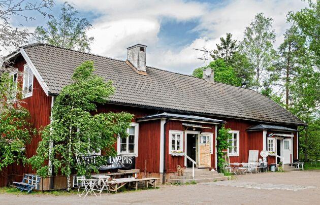 I det gamla skolhuset finns gott om plats för både caféet och antikaffären.