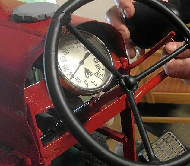 Självklart ska minitraktorn ha en likadan ratt och hastighetsmätare som originalet.