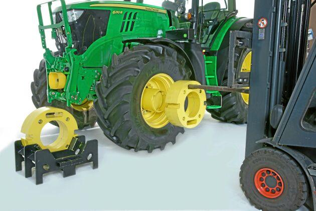 John Deere EZ Ballast Wheels. Erbjuder ett enkelt och snabbt sätt att byta vikter för att vikta om traktorn. På några minuter och med hjälp av en frontlastare eller hjullastare kan man belasta eller avlasta traktorns axlar med upp till 1,5 ton. Med rätt hjullast kan traktorns dragkraft utnyttjas optimalt och bränsleförbrukningen minskas. En i förhållande till arbetsuppgiften rätt viktad traktor bidrar till att minimera markpackningsskador samt förbättrar förarkomforten vid fält- och transportarbete. Leverantör: Svenska John Deere AB.