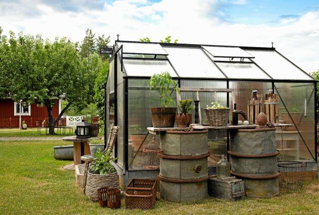 Ett växthus av enklare modell med kanalplast – kan det verkligen kännas lantligt charmigt? Jo, med rätt tillbehör lyckas Cecilia få precis rätt balans mellan det gamla och nya.