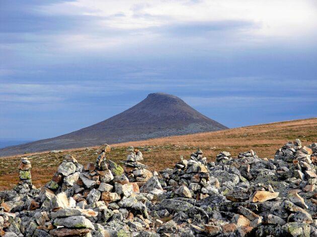På Städjan i Dalarna är det populärt att bygga stentorn trots att det stör den i övrigt orörda naturen.