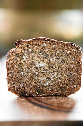 Grovt bröd utan jäst är ett lättbakat, gott och saftigt.