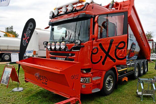 Exero frontmonterad sandspridare hjälper sandbilen att ta sig fram under svåra förhållanden.