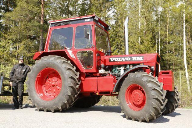 Leif med sin chockrenoverade Volvo BM 2654.