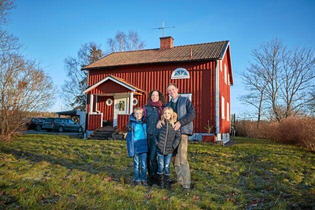 Uddby gård ligger på landet nära stan. En perfekt lösning för David och Maria och deras barn Elvira och Morris.
