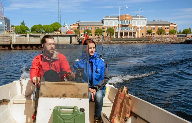 Elin och Daniel har en båtplats i Strömören i Luleå. Där har de ett garage för sin bil och nära till förskolan.