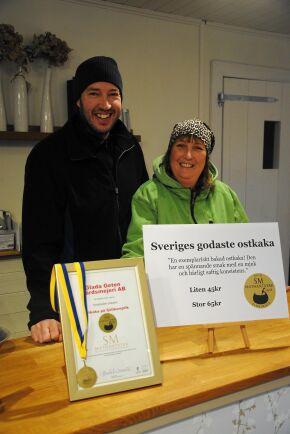 PRISAD OSTKAKA. Henrik Mårtensson och Victoria Mårtensson Winberg från Glada geten gårdsmejeri påpekar med ett skratt att de brukar byta om från arbetskläderna innan de ställer sig bakom disken i kaféet.