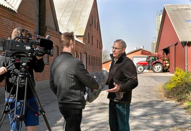 TV Midtvest gör en intervju om ett samarbetsprojekt för att rädda tofsvipan som L&F har med Dansk Ornitologisk Forening.