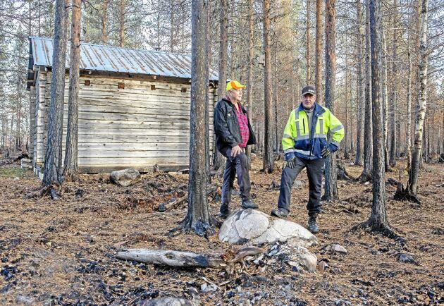 Stefan och Jan Jonsson vid kojan som deras grannar lyckades rädda.