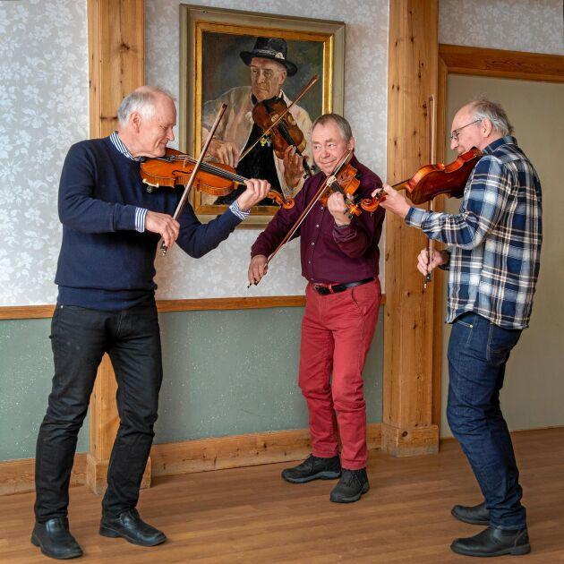 2021. Spelmännen är still going strong när de lyfter fiolen och spelar underbar folkmusik för Land. Legenden Gössa Anders på väggen håller fortfarande koll på grabbarna.