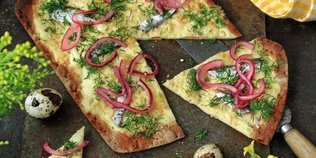 Tunnbrödspizza med ansjovis och smakrik ost