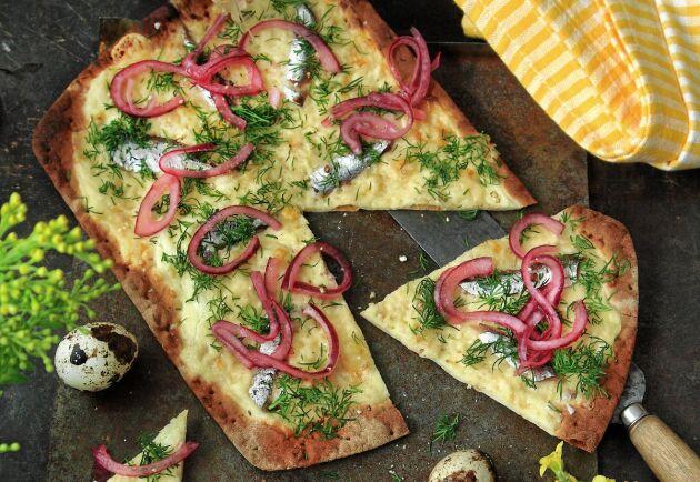 Tunnbrödspizzan går lika bra att servera vegetarisk utan ansjovis.