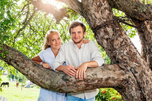 Emmelie och Martin har varit ett par sedan de var 19 och 18 år och delade samma dröm om ett lugnt familjeliv på landsbygden.