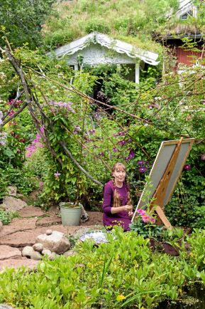 Monica lägger flera hundra timmar på varje målning. När en tavla är såld kan hon förverkliga ännu ett trädgårdsprojekt.