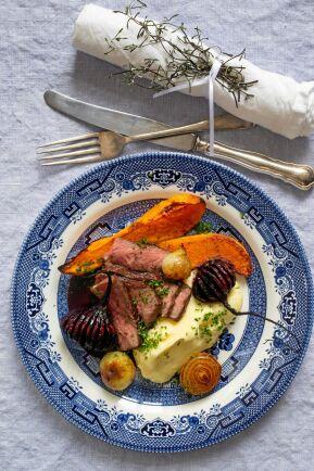 Himmelsk smakkombo. Den sötsyrliga vinbärssåsen matchar fint tunna skivor biff och ostdoftande potatismos.