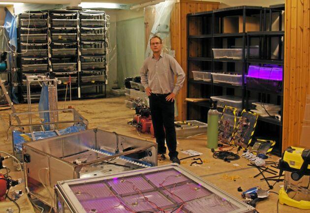 Ingen åker. Men många sladdar. Lennart Sör är forskaren som tror på odling med hjälp av AI.