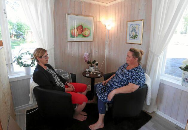 Cecilia Larsson till vänster har kört fem mil för samtal i avspänd miljö med terapeuten Anne-Lie Fant.