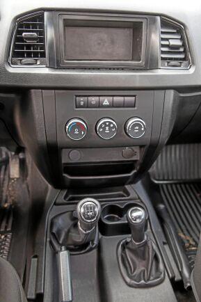 Pickupen har mekanisk växellåda med lågväxel. Luftkonditionering ingår i utrustningen.
