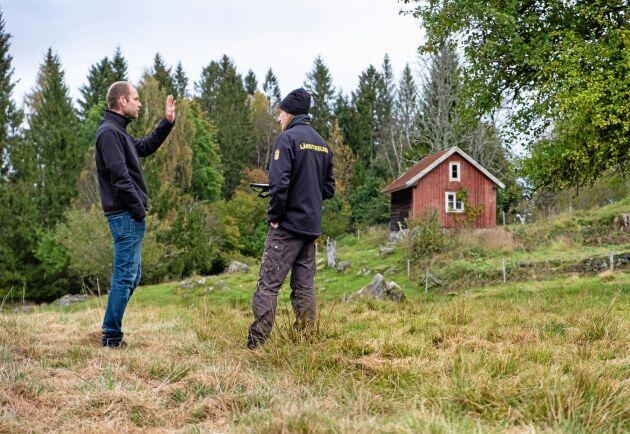 I fält. Det är en hel del frågor och svar under kontrollen, både från Kristoffer Anderssons sida och från markägaren Erik Svantesson.