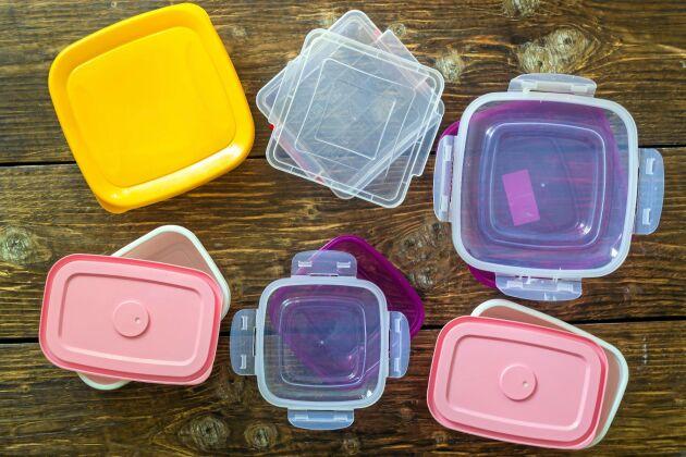 Vissa plastlådor kan ge ifrån sig skadliga ämnen vid uppvärmning.
