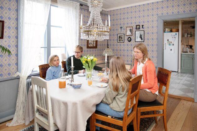 Matsalen har gott om plats för umgänge och middagar.
