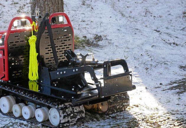 Avantfästet är ett tillbehör till maskinen. Det kopplas in med två snabbkopplingar för hydrauliken och har då höj-, tilt- och även flytfunktion.