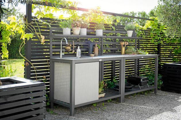 Uteköket Åminne från Hillerstorp har inbyggd diskho och en kran som lätt kopplas till trädgårdsslangen.