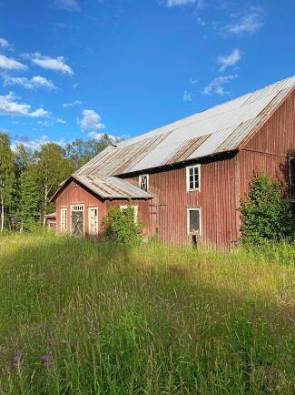 Ladugården, ett stenkast från boningshuset. Bild: Privat