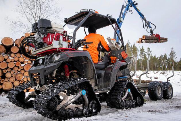 Av och på. Så länge det är några decimeter snö är banden motiverade, men de åker av så fort det går att köra med hjul.