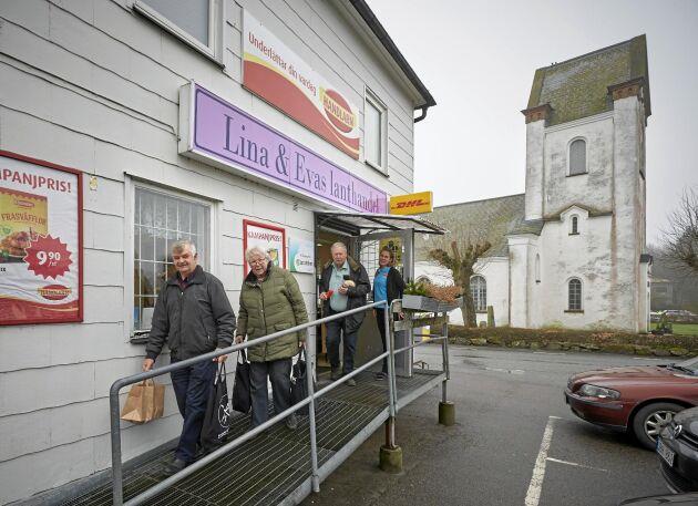 Många kunder väljer lanthandeln före stormarknaderna i trakten, så kundkretsen och omsättningen ökar stadigt.