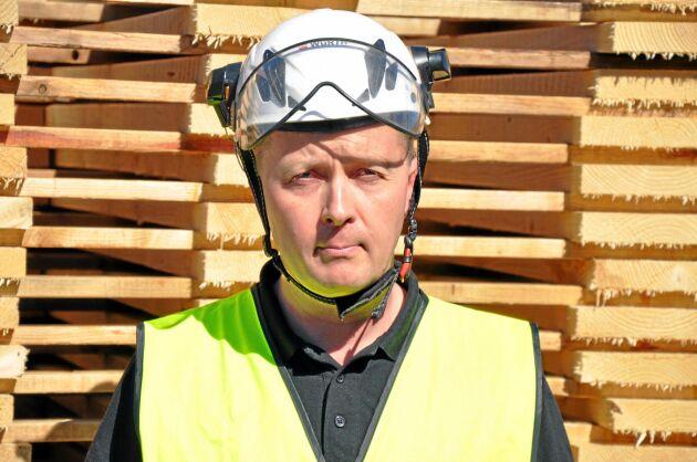 Platschefen Tomi Liikkanen gillar att Södras tagit över sågverkets säljverksamhet. Det gör att Tomi och hans kollegor kan koncentrera sig på produktionen.