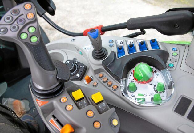 Endast de mest använda reglagen sitter placerade på armstödet. Men joystick för frontlastare och paddelreglage för yttre hydraulik sitter ändå mycket bra placerade. Tydlig färgmarkering är synonymt med Deutz.