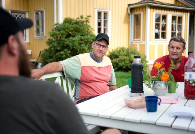 Fredrik Svensson, i mitten, ger rådet till lantbrukare runt om i landet att etablera kontakt med jaktlagen och andra markägare runt omkring för att få igång ett samarbete för att effektivare få bukt med vildsvinsproblematiken.