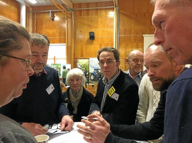 Ulrika Algotsson från regionstyrelsen diskuterar viltskador med bland andra Erling NIlsson, Lilly Holmén, Carl Kjell och Erling Bengtsson.