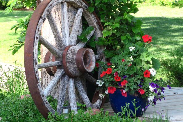 Det finns få detaljer som gör att känslan för lantligt bröllop så perfekt som ett vagnshjul.