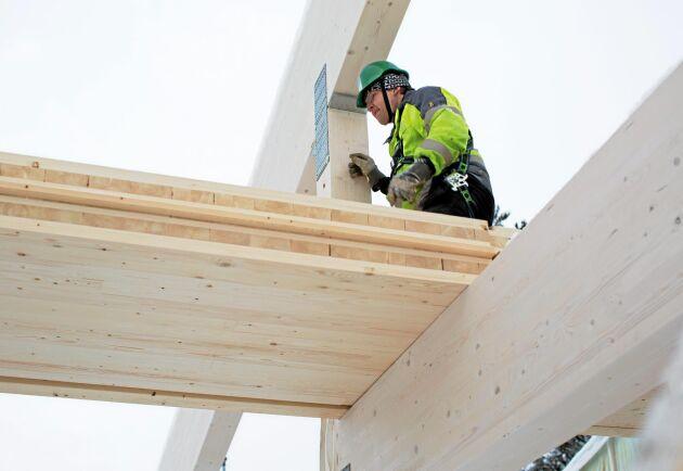 Martinsons har tillverkning av KL-trä, här montering vid ett bygge i Skellefteå.