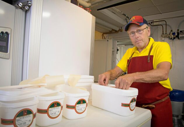 Merparten av glassen packas i femkilostråg som förses med etiketter.