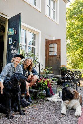 Danne och Emelye trivs med att bo hemma i Närke igen och ser ljust på framtiden för mikroodling.