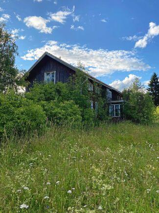 Huset och marken som paret Felix Berggren och Felicia Näsström nu är ägare till. Bild: Privat