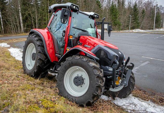 Österrikiska Lindner Lintrac 110 är unik med styrande bakaxel och steglös transmission. Det är en traktor som vänder på en femöring och med yttermått som gör att den tar sig fram nästan överallt.