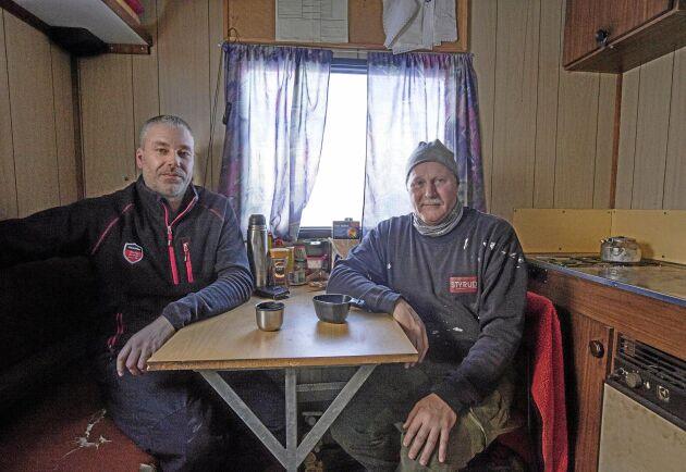 Lars-Olof Berggren och Stefan Sandgren kör en skördare i skift åt Stefan Berggren. Under cirka två månader per år bor de i kojan.