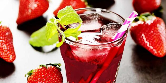 Så enkelt gör du sommarens godaste jordgubbssaft