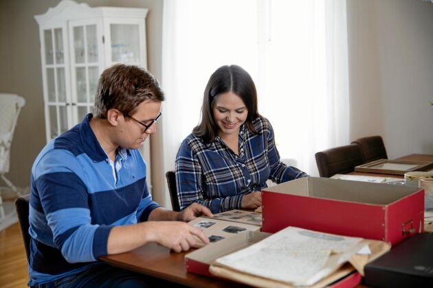 Fredrik och Victoria tycker att det är spännande med alla gamla dokument och foton.
