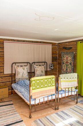 I gårdslängan har de renoverat ett rum, som hyrs ut till gäster. Sängarna kommer från Cecilias släkt och är 100 år gamla.