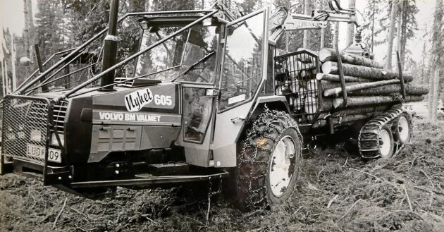 Volvo BM Valmets 05-serie kom ut på marknaden 1983, fyra år efter att Valmet köpte Volvos traktorverksamhet. Här är ett ekipage med en skogsvagn från Forshaga Mekaniska Verkstad, FMV.