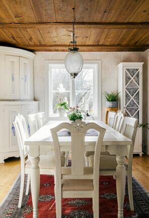 Gamla golvbrädor blir ett vackert trätak och bryter av mot allt det vita.