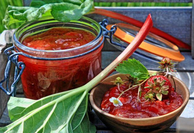 Den här rabarber- och jordgubbsmarmeladen är enkelt att göra och smakar underbart på frukostmackan.