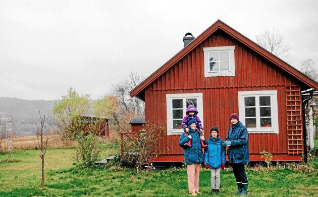 Första julen i torpet för familjen. Mamma Elin och Ella-Karin i förgrunden och pappa Anton och Harry i bakgrunden.