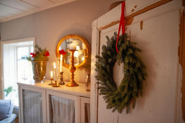 Traditionella julprydnader som granriskrans och halmbock ger fin julkänsla.
