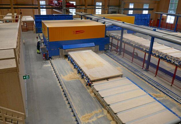 Produktionslinjen avslutas med en gigantisk CNC-fräs som bland annat kan ta upp hål för fönster, dörrar och installationer.